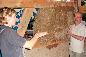 In die Gefache werden hier Strohballen geklemmt, die anschließend von beiden Seiten mit Lehm verputzt werden<br />