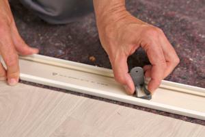 Die Verbinder werden auf der Abdeckleisten-Rückseite eingedreht, bevor die Abdeckleisten und der Innenfutter-Korpus mit Schrauben verbunden werden