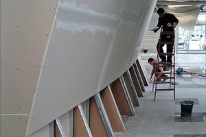 Die Vorsatzschale im Bereich der Ausstellungsfläche wurde mit 50 mm UA-, CW- und UW-Profilen erstellt und doppelt beplankt. Die Oberfläche erhielt ein Q 4-Finish<br />