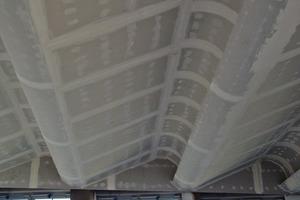 Die welllenförmige Gipskartondecke während der Ausführung der Trockenbauarbeiten<br />