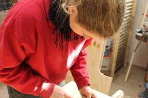Svenja Schröpfer ist Auszubildende im Zimmererhandwerk. Hier hilft sie in der Tischlerwerkstatt beim Verkitten von Fenstern<br />