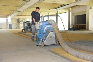 Für ein optimales Ergebnis bereiteten die Handwerker den Boden der früheren Fertigungshalle durch Kugelstrahlen vor<br />Fotos: PCI