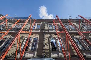 Mit der Peri Variokit Fachwerkkonstruktion wurde die 12 m hohe, denkmalgeschützte Westfassade auf knapp 50 m Länge während der gesamten Bauarbeiten zuverlässig abgestützt<br />Fotos: Peri