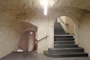 Die Toiletten wurden in grauen Boxen im Gewölbekeller des Untergeschosses platziert<br /><br />