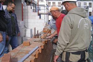 Rechts: Aufmauern der neuen Außenwände im Dachgeschoss<br />