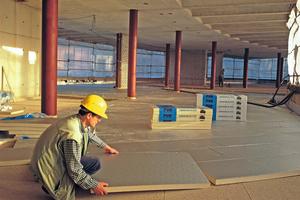PU-Hartschaum-Platten mit diffusionsdichten Alu-Deckschichten eignen sich aufgrund ihrer guten Druckfestigkeit zur Dämmung von Fußböden