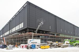 Die Baustelle im Februar 2014: Der gesamte Bereich unter dem auskragenden oberen Gebäudeteil ist für die Montage der Außendecke eingerüstet