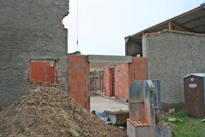 Rechts: Die ursprünglichen Scheunendurchfahrt erhielt neue Fundamente und eine Stahlstütze