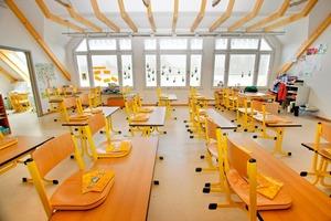 In den neuen Klassenzimmern der Konrad-Grundschule in Haar verlegten die Handwerker auf dem Trockenestrich Linoleum<br />