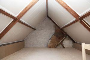 Fertig ausgeführte Innendämmung im Spitzboden unterm Dach<br />