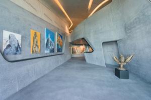 Ausstellung der Ölbilder in den fließenden Räumen