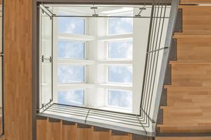 """Unten: Dachfenster über dem sich bis zum Dach hin öffnenden Treppenbereich versorgen die umgebaute Scheune bis hinunter ins Erdgeschoss mit viel natürlichem Licht<span class=""""bildnachweis"""">Foto: Velux</span>"""