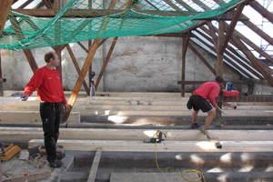 Beim Ausbau des Dachgeschosses musste zunächst die Decke über dem vierten Obergeschoss ertüchtigt werden