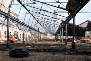 Das alte Pfettendach der Viehmarkthallen ist hier bereits entfernt. Nur die Stahlkonstruktion der Sheddächer und die Ziegelaußenwände sind stehen geblieben<br />