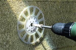 Im Bestand ist eine zusätzliche Verdübelung der Dämmstoffplatten eines WDV-Systems grundsätzlich empfehlenswert. Die Schraubdübel werden dabei in den Dämmstoff versenkt und anschließend mit einer Rondelle überdeckt