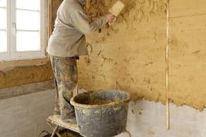 Die gesamten Außenwände wurden von innen mit Lehmmörtel als Ausgleichsputz begradigt