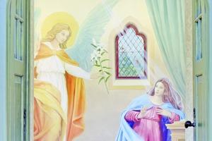 Mit Lasurfarben gemalte Verkündigungsszene in der Kapelle