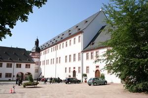 Der Konversenbau mit dem ehemaligen Brau- und Backhaus im Vordergrund<br />