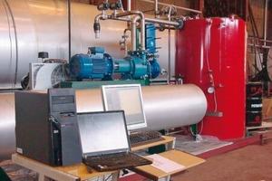 Daneben: Computersteuerung der Anlage beim Hersteller Thermowood