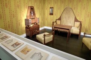 Möbel und Druck (im Vordergrund) von Joseph Maria Olbrich<br />