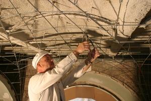 Als Unterkonstruktion befestigt der Stuckateur Rundeisen, die dann mit Rippenstreckmetall überzogen werden
