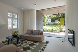 Wohnraum hinter der vorgelagerte offene Holzveranda  Foto: Hertha Hurnaus