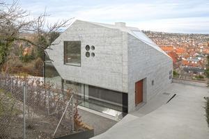Wie ein riesiger bearbeiteter Fels wirkt das im vergangenen Jahr fertiggestellte und für den Mies van der Rohe Award 2015 nominierte Einfamilienhaus H36 am Rand des Stuttgarter Talkessels<br />Fotos: Roland Halbe