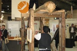 """Die Verarbeitung von Holz ist auf der denkmal in Leipzig nicht nur Thema auf zahlreichen Vortragsveranstaltungen, sondern wird in den lebendigen Werkstätten auch auf den Messeständen gezeigt<br /><br /><span class=""""bildnachweis"""">Fotos: Thomas Wieckhorst</span><br />"""