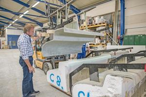 Rechte Seite: Die Betonschalen wurden im CEton-Werk in Raubling mit dem Gabelstapler vom Formblock aus Styropor abgehoben