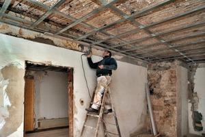 Rechts: Unter die alten Decken montierten die Handwerker Metallprofile für eine freitragende Trockenbaudecke