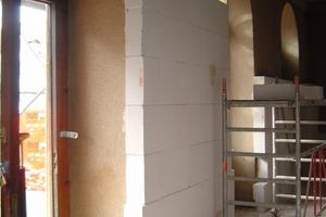 Links: Innendämmarbeiten auf der Baustelle im Erdgeschoss des Bahnhofs<br />