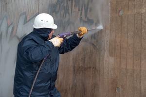 Fassadenreinigung und Entfernung von Graffiti mit dem Hockdruckreiniger mit 130 bar Wasserdruck<br />Fotos (3): Scheidel<br />