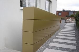 """Auch das Geländer der Kellertreppe wurde """"in Gold"""" eingepackt<br />"""