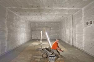 Rechts: Herstellung einer Boden-/Wand-Dichtungskehle