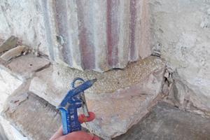 Neue Sandsteinfuge die mit Steinergänzungsmasse aufgearbeitet wird
