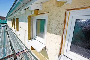 """An vielen Stellen der bislang ungedämmten Fassade zeichneten sich Rankenspuren unschön ab. Mit der neuen Fassadendämmung wurden auch neue Energiesparfenster eingebaut<span class=""""bildnachweis"""">Fotos: Rockwool</span>"""