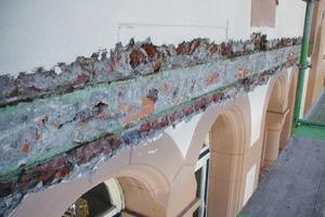 Der Aufgabenkatalog beinhaltete, den maroden Putz in allen Bereichen abzutragen und Teile der Fassade neu aufzumauern<br />