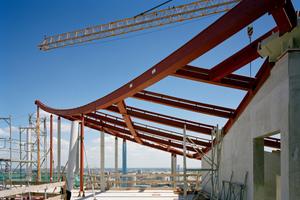Montage des Dachtragwerkes aus Stahlträgern <br />