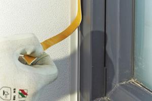 Rechts: Entfernen der Anputzkante vor dem Beschichten sowie Entfernen der Klebekante für die Schutzfolie nach Abschluss der Arbeiten