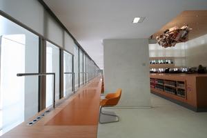 Arbeitsplatz vor der Glasfassade im neuen Lesesaal