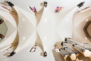 Blick gegen das verputzte Deckengewölbe der Kirche nach Abschluss der Sanierungs- und Umbauarbeiten<br />