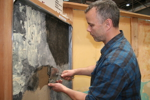 Michael Zähr von der Lausitzer Naturbaustoffe GmbH zeigt, das man auch mit Lehm marmorieren kann