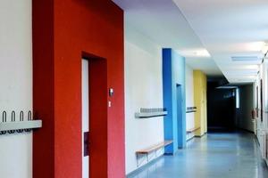 """<div class=""""99 Bildunterschrift_negativ"""">Intensive Farbtöne für schwierige Lichtverhältnisse: Gestaltung der Flure im Nordflügel </div>"""