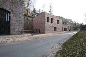 Ansicht Nordfassade mit Sattelkammer links. Dort sollen demnächst ein Schnellrestaurant und weitere Toiletten eingerichtet werden<br />