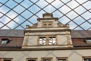 Daneben: Durch das Mem-brandach werden die Fassaden mit den verzierten Fenstergewänden dauerhaft geschützt<br />