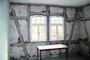 Vor Beginn der Sanierungsarbeiten: Fachwerkwand von innen mit Altputz