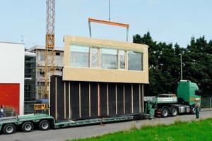 Oben links: Und wieder rollt ein Stück neue Fassade für die Buchloer Realschule an<br />