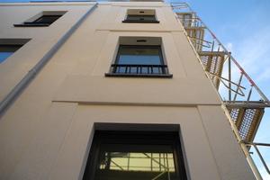 Auf dem WDVS verklebten die Handwerker Decoprofile von Sto, die an gründerzeitliche Wohnbauten erinnern<br />Foto: ksg