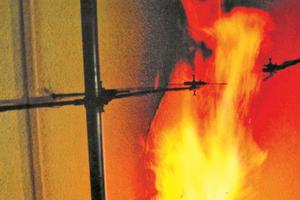 Der Bereich über dem Fenster wird im Brandfall (Zimmerbrand) besonders stark beansprucht