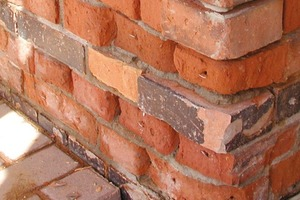 """Oben rechts: Vor der Schadenskartierung und den Sanierungsarbeiten reinigten die Handwerker das Mauerwerk gründlich<br /><span class=""""bildnachweis"""">Fotos: Remmers</span>"""